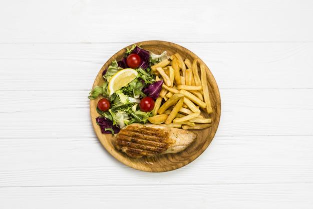 tanier s obedovym menu kuracie maso hranolky salat prievidza